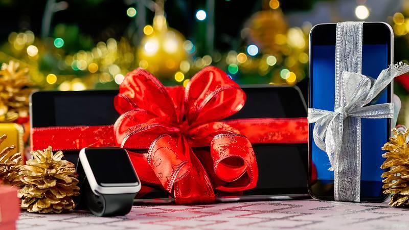 """Los """"gadgets"""", los aparatos tecnológicos, son ya un clásico en el saco de PapáNoel. Este ha sido el año de las pantallas plegables:teléfonos que se doblan, televisores que se enrollan...Todavía prohibitivos para casi todos los bolsillos, no sabemo"""