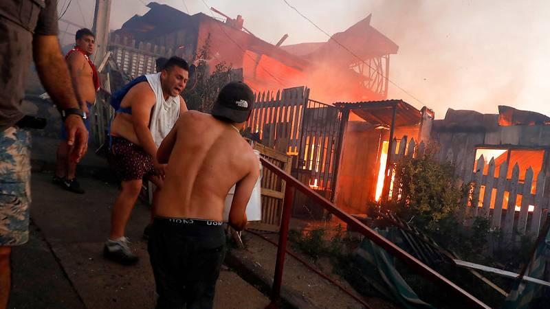 Un incendio arrasa más de un centenar de casas en Valparaíso el día de Nochebuena