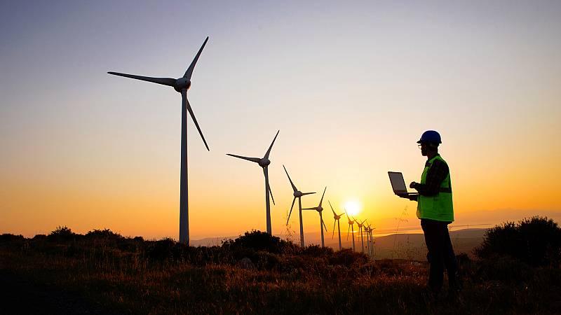 Cuando sopla mucho el viento, el precio de la luz cae porque la mayor parte de la demanda se cubre con energía eólica. Como su coste es cercano a cero, desplaza en el mercado eléctrico a otras tecnologías con combustibles más caros. Pero ¿qué pasa si