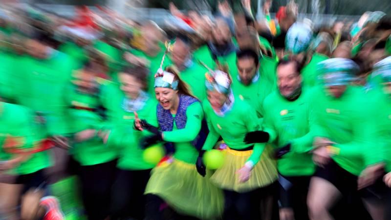 Las calles de Madrid se ha teñido de verde por unas horas con los 40.000 corredores que han participado en la San Silvestre Vallecana para despedir el 2019, como es tradicional, de una forma saludable y lúdica.