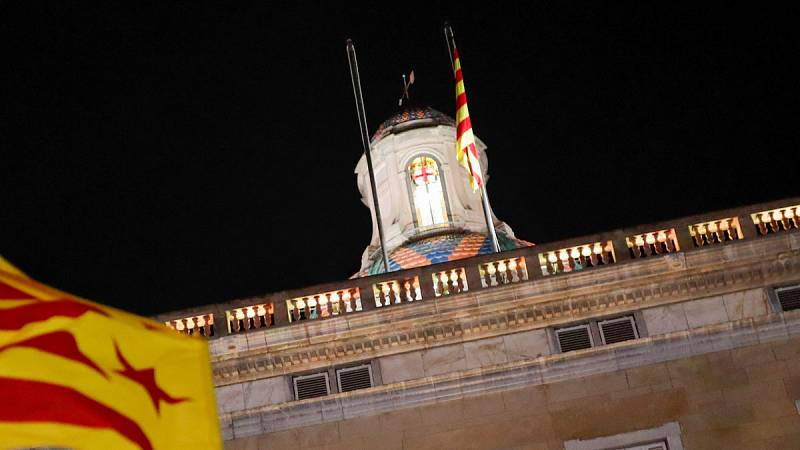 Arrían unos minutos la bandera española del Palau de la Generalitat