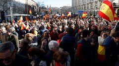 """Cientos de personas protestan frente al Congreso al grito de """"España merece otro presidente"""""""