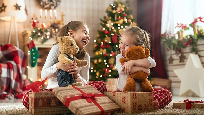 Mañana de emoción y madrugones en familia para desenvolver los regalos de los Reyes Magos