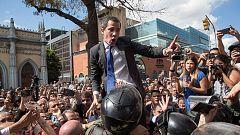 Guaidó y diputados opositores entran por la fuerza en Parlamento venezolano