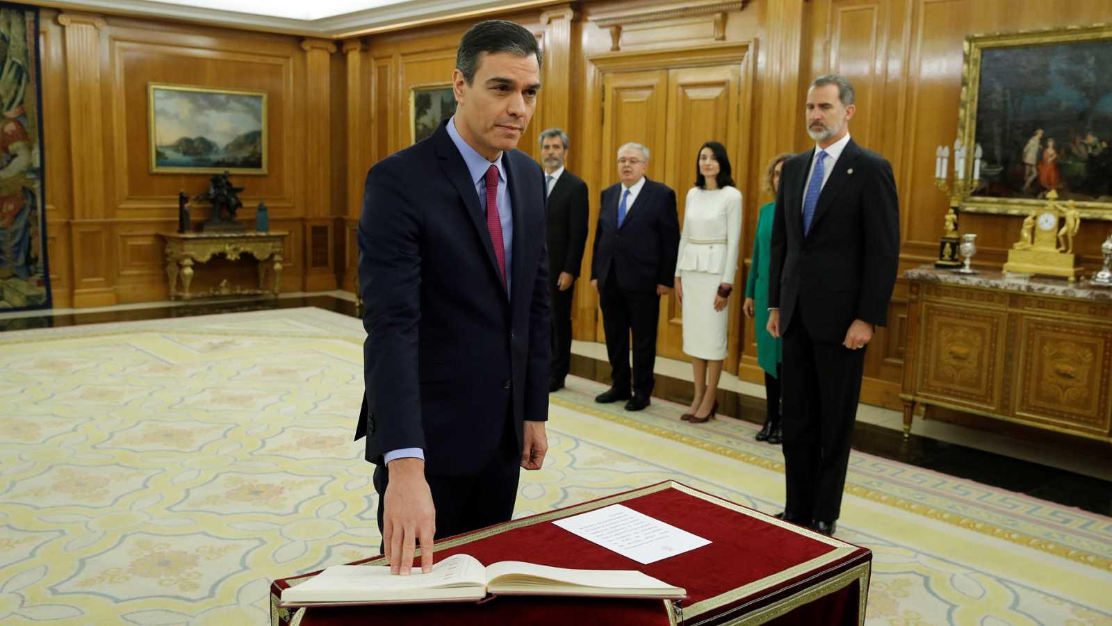 Sánchez promete su cargo como presidente del Gobierno ante el rey