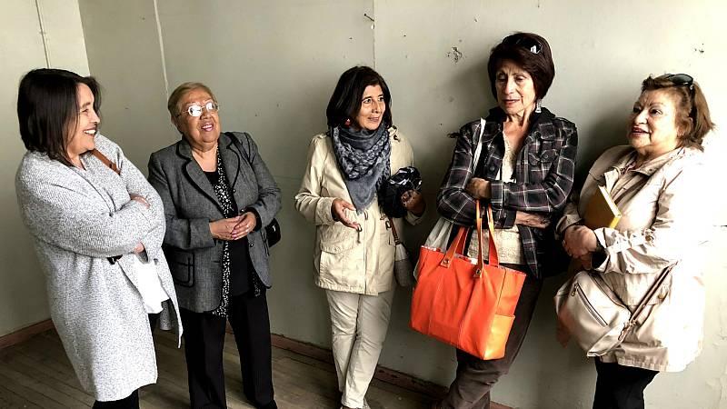 Magda, Nancy, Mirna, Ines e Ilse muestran el lugar donde ellas mismas fueron torturadas