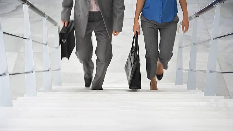 El sueldo de los directivos subió 264 euros más al mes que el de los empleados en 2019, según un estudio