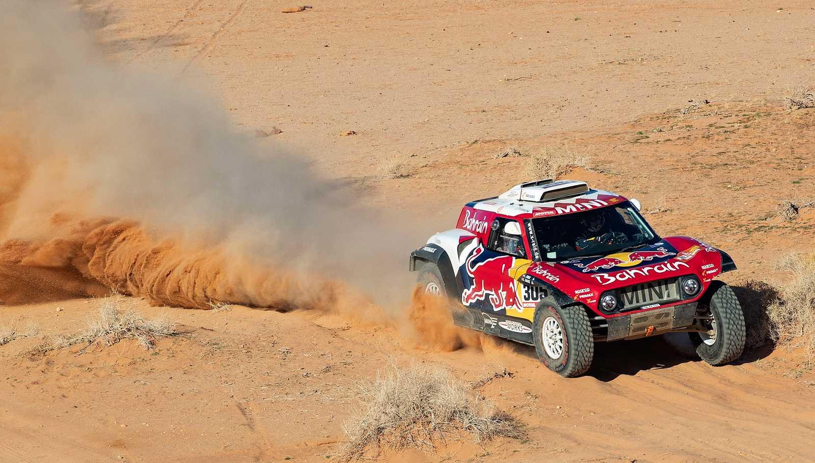 Carlos Sainz gana la quinta etapa y refuerza su liderato en el Dakar