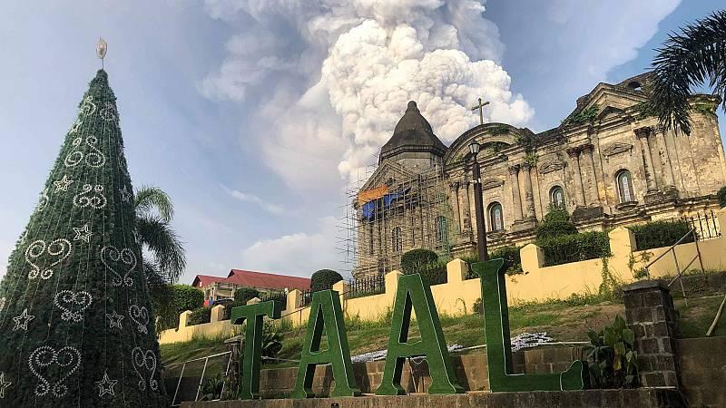 La erupción del volcán Taal en Filipinas obliga a evacuar a miles de personas - ver ahora