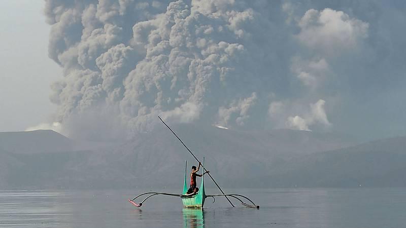Las cenizas del volcán Taal alcanzan el cielo de Manila