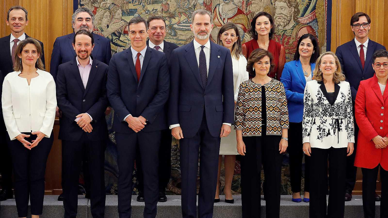 Los vicepresidentes y ministros del nuevo Gobierno de coalición prometen su cargo ante el rey