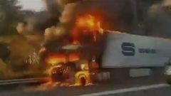 El incendio de un camión con gas en Tarragona obliga a los vecinos a permanecer en el interior de sus casas