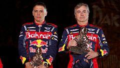 Sainz y Cruz reciben su tercer Dakar en el podio