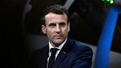 Macron es escoltado a la salida de un teatro después de que un grupo de manifestantes le increpara