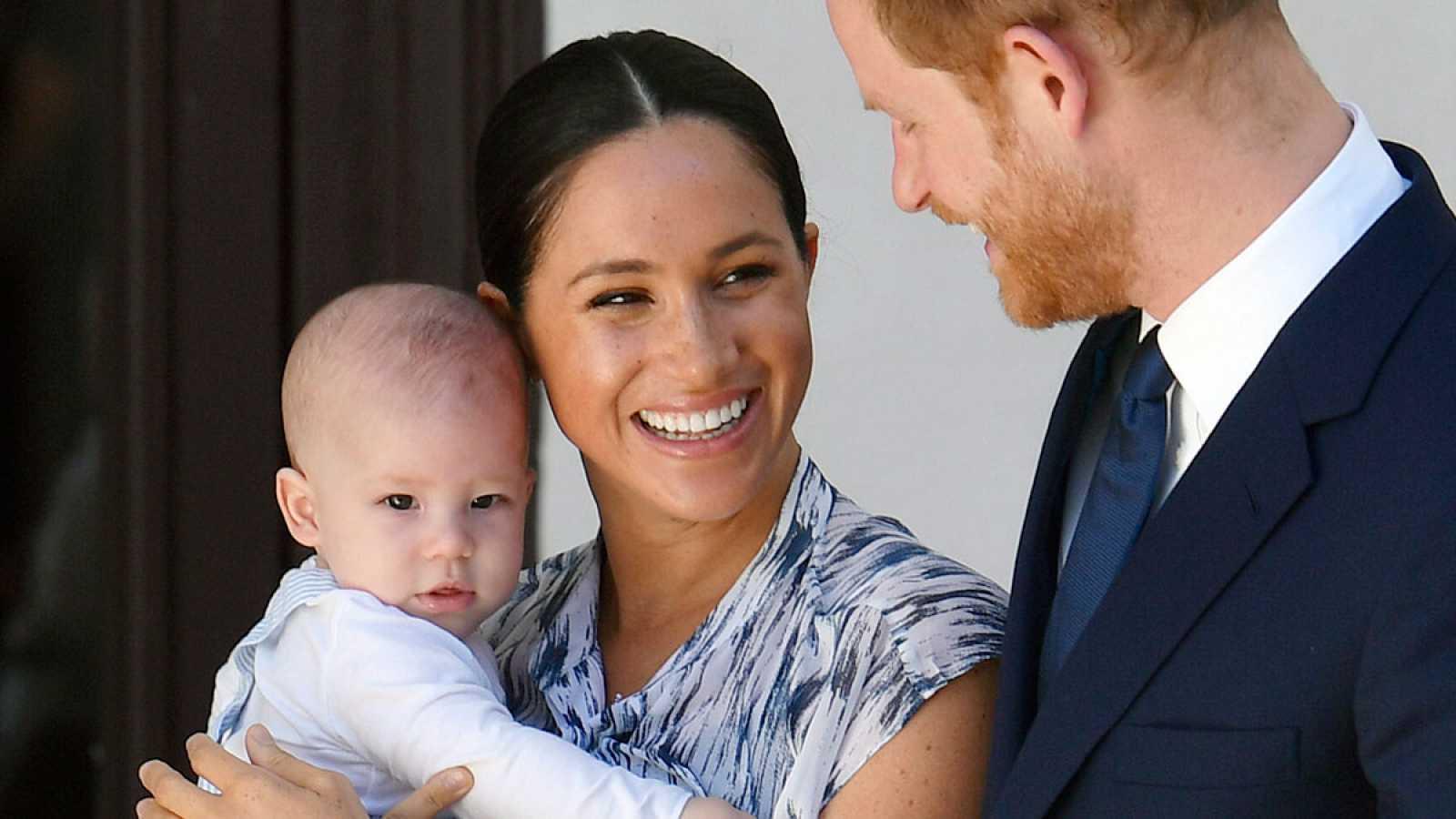 El príncipe Enrique y Meghan renuncian al tratamiento de alteza real y dejarán de recibir fondos públicos en primavera