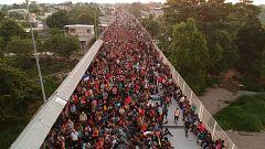 La última caravana migrante espera en la frontera de Guatemala a que México abra el paso