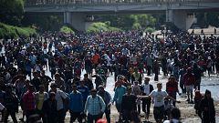 Centenares de migrantes se enfrentan a la policía para intentar entrar en México desde Guatemala