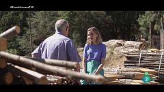 Núria Moliner habla con Salvador Ordóñez, coordinador del gremio de la Madera y el Mueble de Catalunya