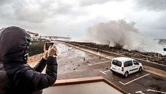 Una gran ola en Baleares sorprende a dos personas que se refugian del temporal 'Gloria'