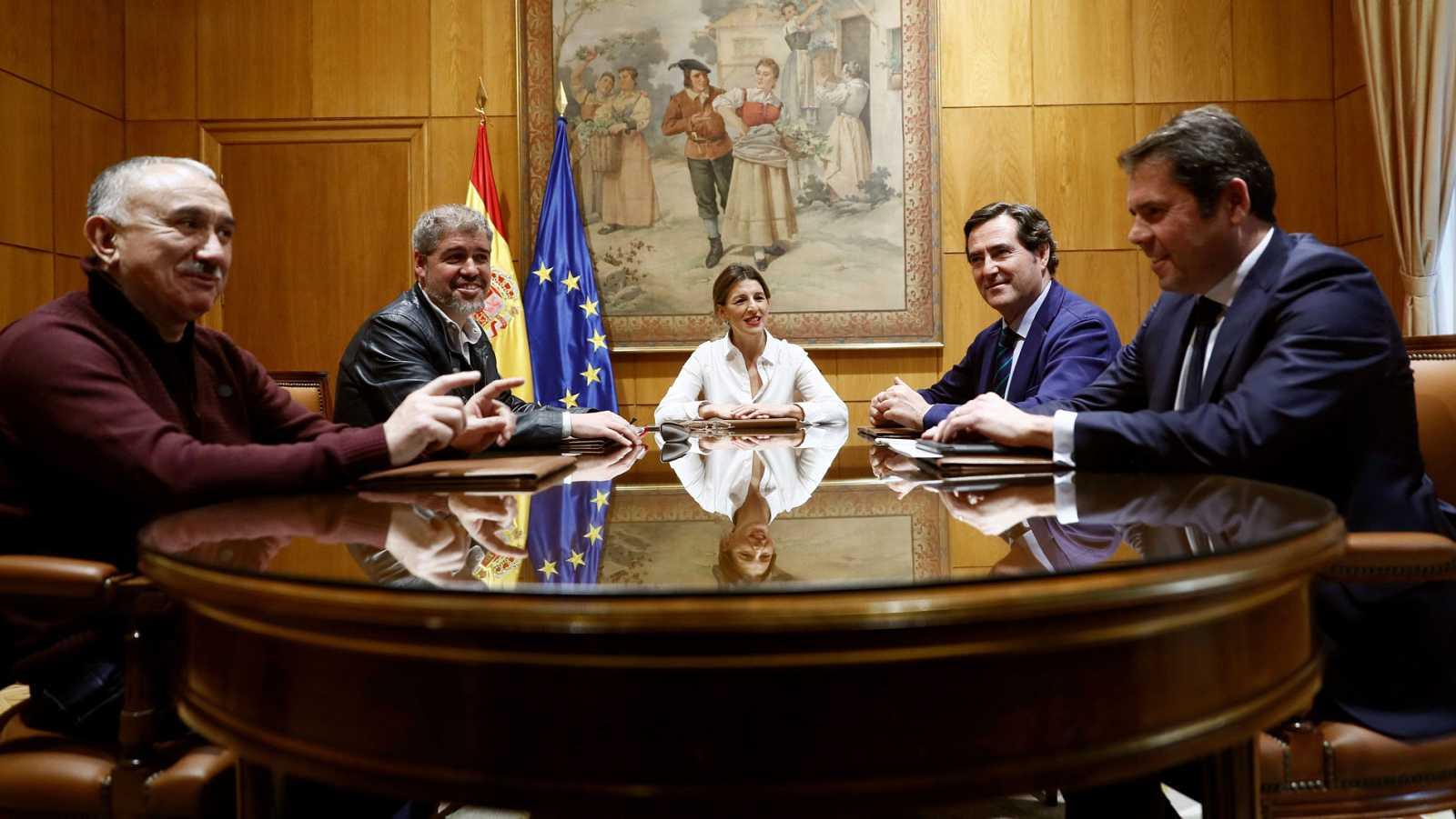 El Gobierno subirá el salario mínimo a 950 euros este año