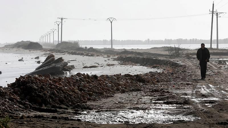 Un panorama desolador que tardará mucho tiempo en recuperarse. Arroceros y pescadores ven con preocupación el futuro, reclaman soluciones, incluidas medidas estructurales. El temporal ha dejado en evidencia la fragilidad del delta del Ebro. Varios mu