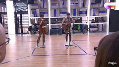 """OT 2020 - Anne y Maialen cantan """"Ilargia"""" en el segundo pase de micros de la Gala 2 de """"Operación Triunfo 2020"""""""