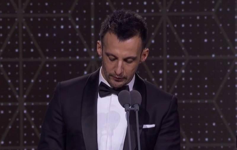 Amenábar recoge el Goya al mejor actor de reparto para Eduard Fernández por 'Mientras dure la guerra'