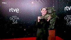 Premios Goya - Enric Auquer celebra el Goya ante la cámara glamur