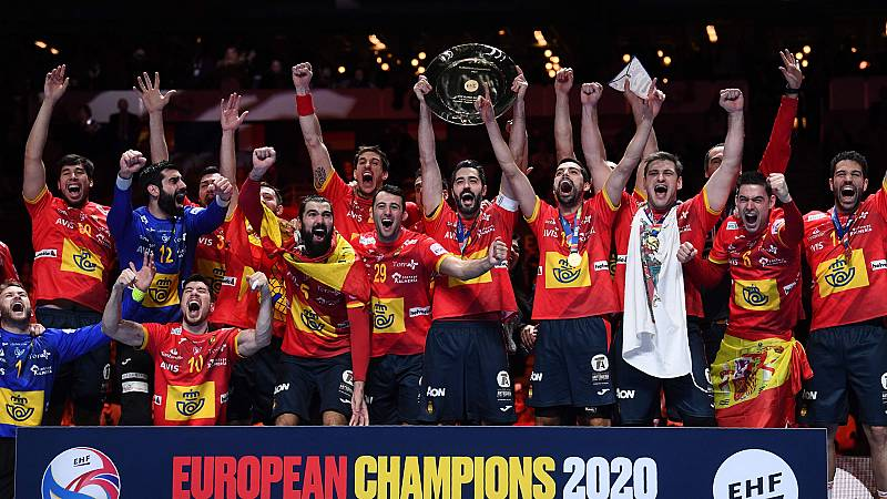 El capitán Raúl Entrerríos recibe la copa de campeón de Europa
