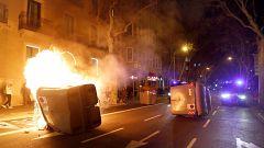 Los manifestantes queman contenedores en la concentración de apoyo a Torra frente al Parlament
