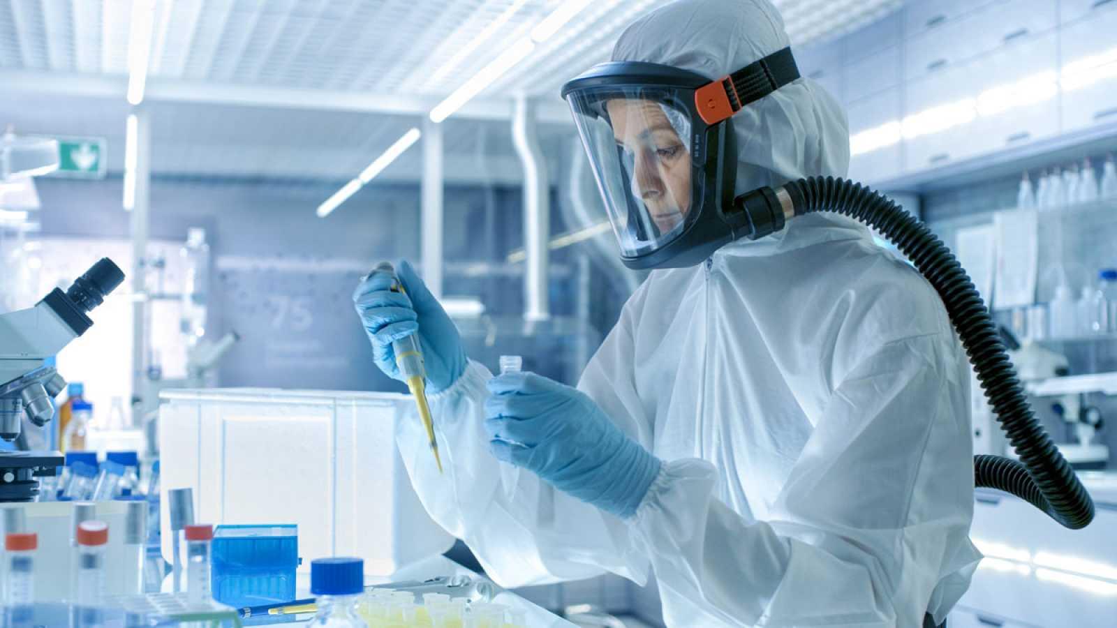 Un equipo de Televisión Española ha entrado en el laboratorio del Centro Nacional de Biotecnología donde se analizan patógenos como el coronavirus para desarrollar una vacuna. Se trata de un laboratorio de nivel 3 de contención biológica. Consta de 1