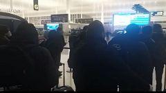 Los españoles repatriados por el coronavirus esperan para entrar en el aeropuerto