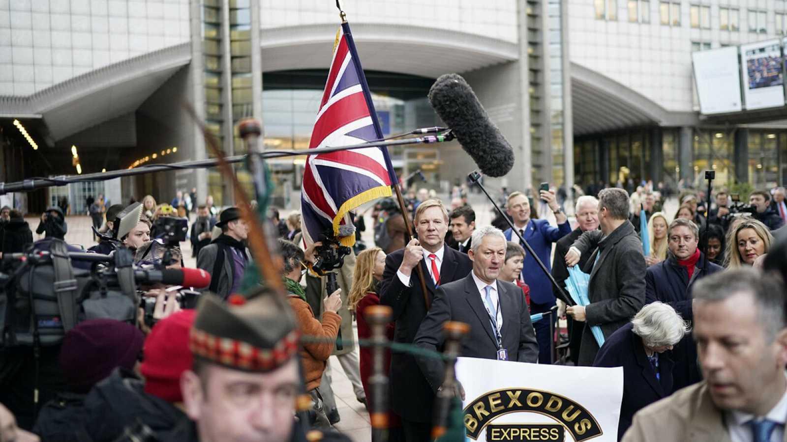 Los eurodiputados del Partido del Brexit celebran la salida con un desfile