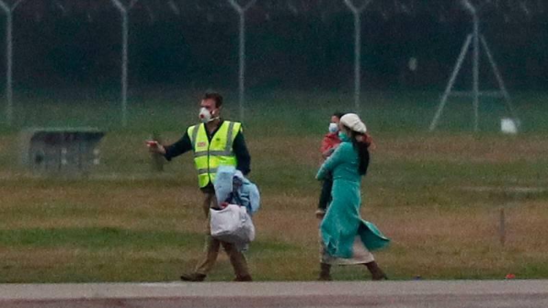 El avión que ha evacuado de Wuhan (China) a ciudadanos británicos y europeos, en el que viaja una veintena de españoles, ha aterrizado este viernes a mediodía en la base militar de Brize Norton, en Oxforshire (a las afueras de Londres). En una entrev