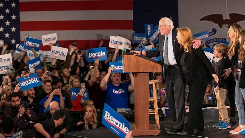 """Los demócratas retrasan los resultados de los 'caucus' de Iowa por """"inconsistencias"""" en el recuento"""