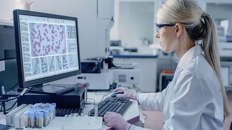 Científicos aseguran que la inversión en investigación permitirá que en 20 años el cáncer sea una enfermedad que tenga cura o se cronifique, en un mensaje que ha lanzado la fundación CRIS contra el cáncer en su campaña #2040ElAñoQueVencimosElCáncer q