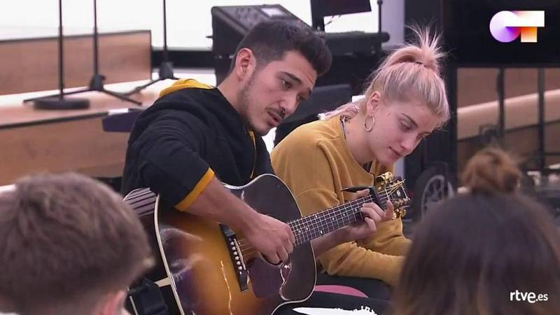 Bruno muestra a sus compañeros dos de sus composiciones en la clase de composición de Pancho Varona en la Academia de OT 2020