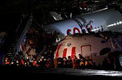 Un avión de pasajeros se sale de la pista de aterrizaje y se rompe en tres trozos en Turquía