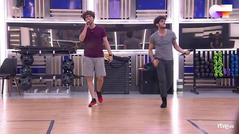 """Jesús y Rafa cantan """"Princesas"""", de Pereza, en el segundo pase de micros de la Gala 4 de Operación Triunfo 2020"""