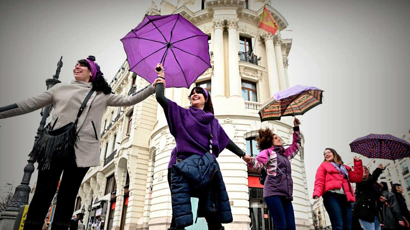 Miles de mujeres protagonizan una cadena feminista en Madrid a un mes del 8M