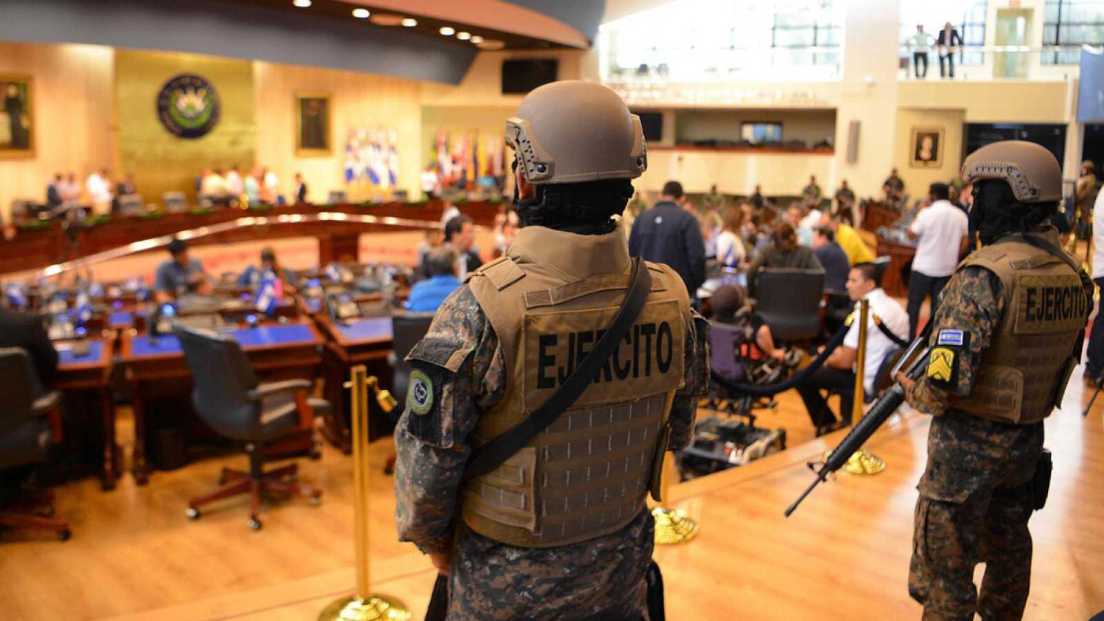 El presidente de El Salvador utiliza a los militares para amenazar al Congreso y provoca una crisis institucional