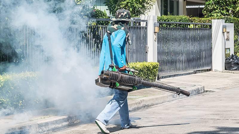 Cada día se fumigan contra el mosquito que porta el dengue más de medio centenar de viviendas en las comunas de Colombia