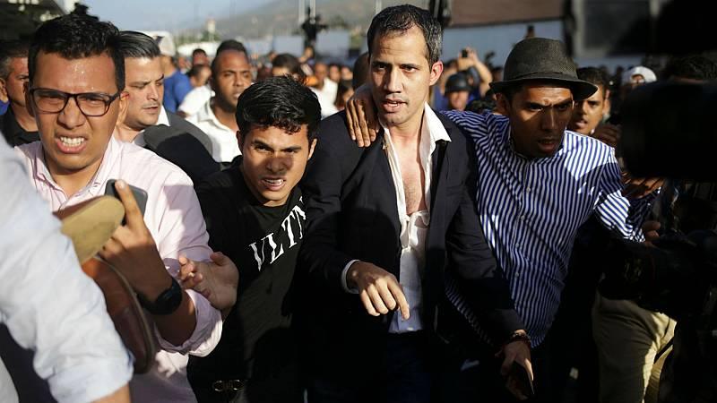 El mandatario, reconocido por más de 50 países, ha regresado a territorio venezolano, donde ha sido recibido por simpatizantes y detractores, que le han propiciado algunos golpes y empujones.