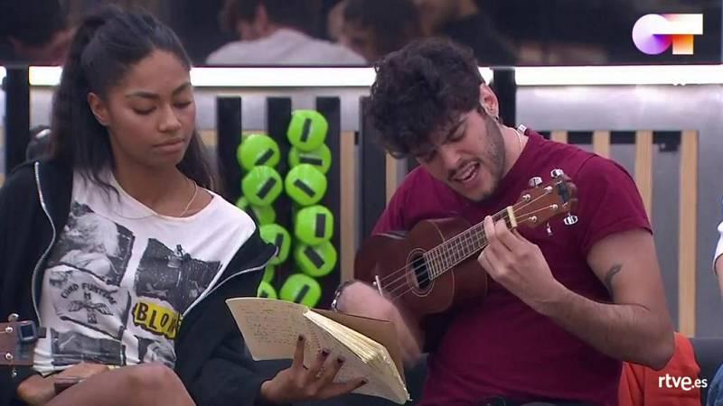 """Rafa toca con el ukelele su canción """"Piececitos"""" en clase de composición con Manu Guix en Operación Triunfo 2020"""