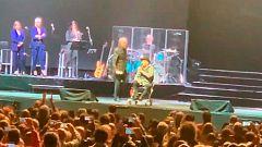"""Sabina cancela su concierto en Madrid por una caída: """"Me duele mucho el hombro"""""""