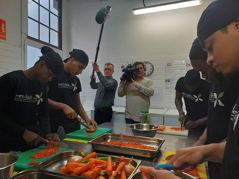 Mescladís forma a jóvenes inmigrantes como cocineros o camareros
