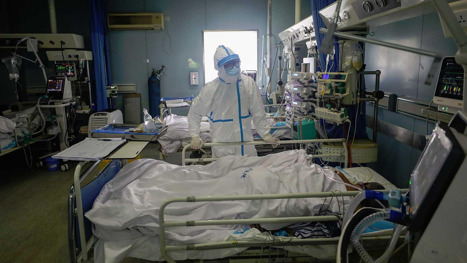El Covid-19, el nuevo término con el que la OMS denomina al coronavirus, sigue dejando víctimas en China, país que registra el mayor número de fallecimientos y de contagios. En concreto, la Comisión Nacional de Salud eleva la cifra de muertes a 1.367