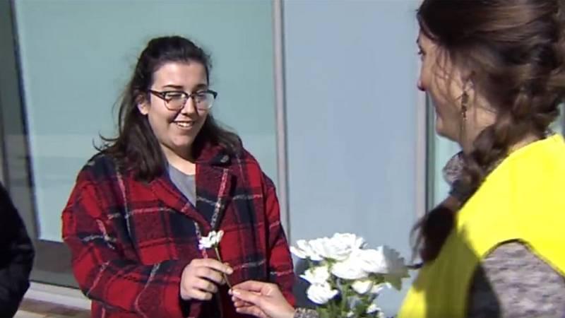 Flores y besos en Zaragoza por los derechos de las mujeres en Irán