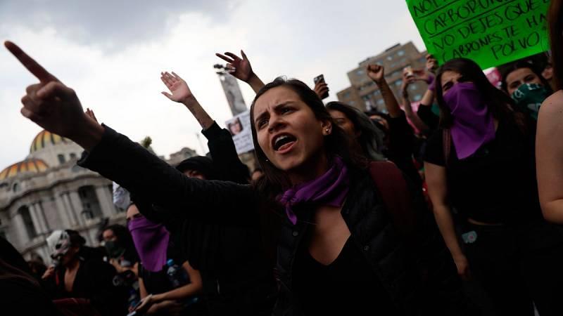 Miles de mujeres se manifiestan en México en contra de los feminicidios