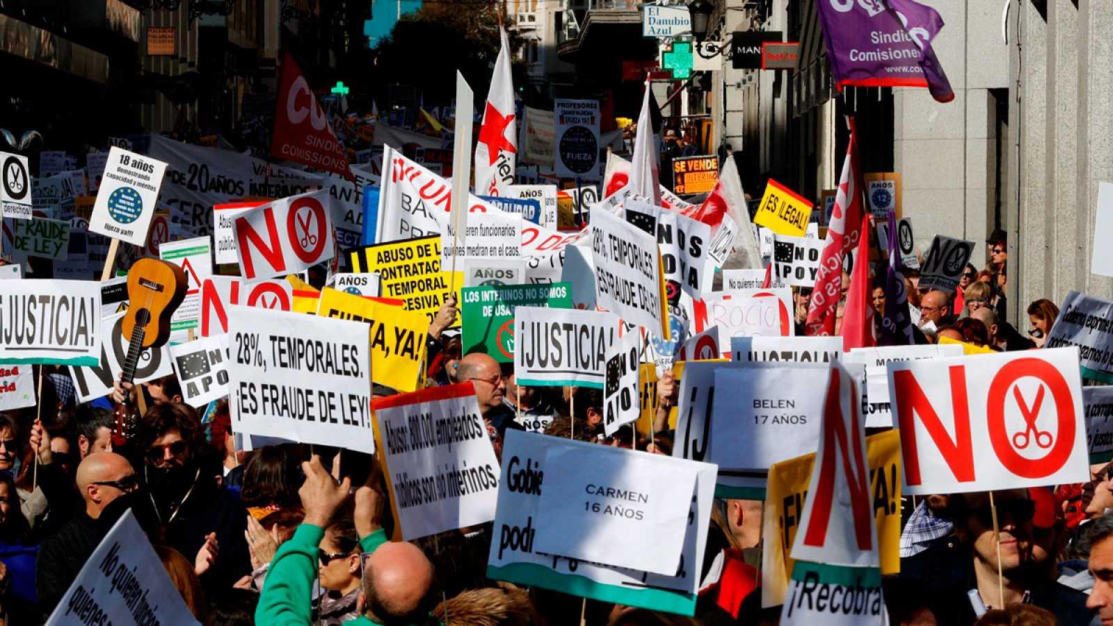 """Miles de interinos se manifiestan en Madrid: """"Llevo quince años contatenando contratos"""""""